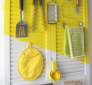 Arrange-utensils-and-cloths-on-an-old-shutter-door. (1)